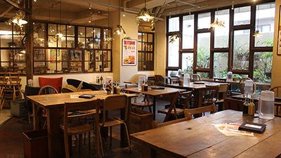 新しい風が流れる場所と、古き良き時代を感じられる場所の間に佇むナチュラルカフェ