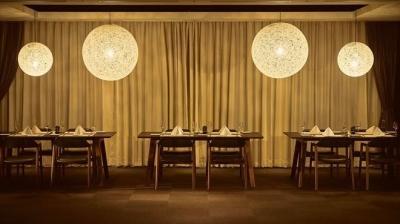 ブラウンを基調としたシックでスタイリッシュな内装のホテルレストランです。