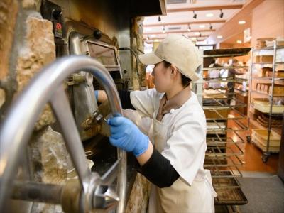 ほとんどの店舗で、工房が併設。焼きたてのパンをお楽しみいただいております。