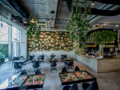 ニコライ・バーグマン監修のカフェでキッチンスタッフとしてご活躍を!店内は常に季節のお花でいっぱいです