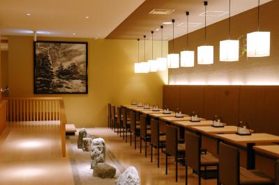 ⾼級旅館のような趣がコンセプト。間接照明で素敵なムードのテーブル席