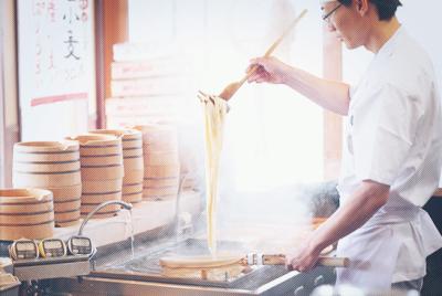 世界的企業でキャリアアップがめざせる店舗スタッフ職。うどん店か、ハワイアンカフェの店長をめざそう!