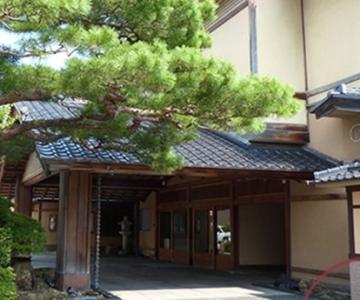 加賀百万石の面影を残す表門。日本庭園も有する伝統と様式を守り続ける老舗料亭旅館です。