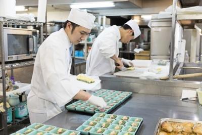 経験の浅い方は調理補助からスタート。先輩が丁寧に教えるので安心してくださいね!