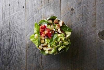 体にやさしい野菜たっぷりのサラダをご提供。お客様が具材を選ぶスタイルで人気です◎