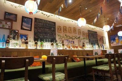 沖縄をモチーフにした店内。SNS映えと写真を撮ってくださるお客さまも。