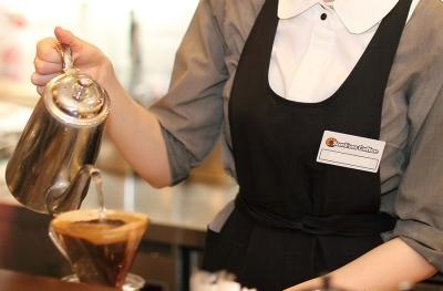 白を基調とした明るい雰囲気のカフェで、あなたの経験を活かして活躍しませんか?