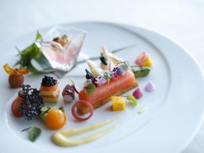 フレンチ、イタリアン、和のテイストを取り入れた料理等、様々なジャンルの料理を経験できます。