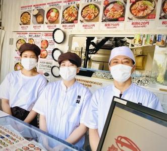 新鮮な魚介にひと手間加えた創作丼『魚丼』。全国に店舗拡大中のお店で、新しいスタッフを募集!