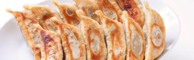 皮はモッチリ、中はジューシーな肉汁タップリの国産餃子を提供しています。