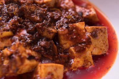 ブレンドした豆板醤をふんだんに使用し、辛いだけではなく深みのある味を完成させた当店自慢の麻婆豆腐。