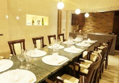 全席26席。オープンキッチンで調理を担当しながら、あたたかみのある接客でお客様を楽しませてくださいね