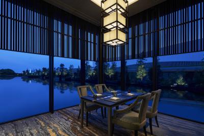 水庭に浮かぶ日本料理レストラン。クールジャパンの極みともいえる世界へ誘います。