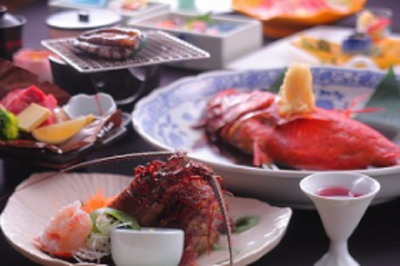 伊豆半島の豊かな自然に育まれた、山海の幸をふんだんに使った創作料理が人気です。