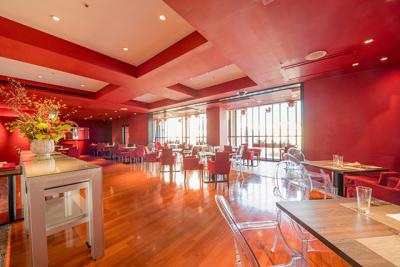深紅に染められた天井と壁やモード感漂うインテリアなど、スタイリッシュなフレンチレストラン。