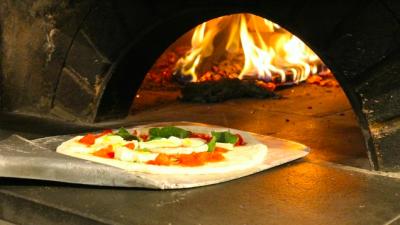 創業30年の美味しいピッツァをこの薪窯から生まれてます!