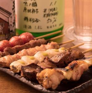 炙り焼く自慢の串焼きとお酒が楽しめる焼鳥屋です。