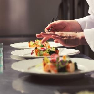 パーティーの進行に合わせて、チームワークも意識しながら料理を出すことも重要です