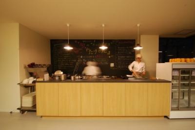 一般的な食堂とは一線を画す、明るく開放的でオシャレな空間が広がる学生食堂。