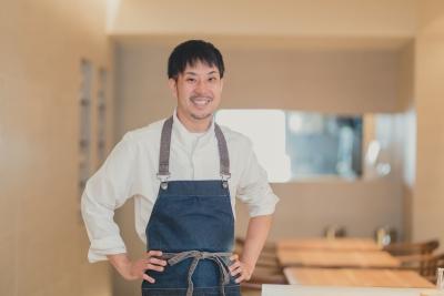 フランスの名店で経験を積んだオーナーシェフの藤田。建築業や寿司屋など、異色の経験の持ち主です