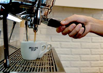 本格エスプレッソを提供する人気のカフェでホールスタッフを募集!