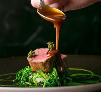 時の食材をふんだんに使った、伝統と革新が融合するフランス料理を提供しています。