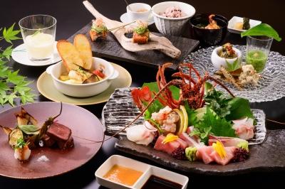 地元の新鮮な海の幸を使った会席料理などをご提供。