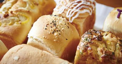 レストラン仕込みの総菜パンやケーキ、焼き菓子、チョコレート…常時60種類以上をご用意。