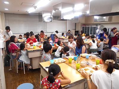 小さな子供たちからお年寄りまで、幅広い年代の方々に向けて安全と安心で美味しい給食を提供しています☆