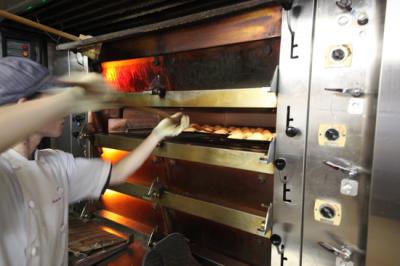 経験が浅い方は、パンを焼く工程からスタート。丁寧にお教えしますのでご安心ください