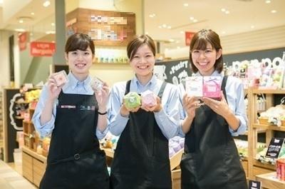 """東京ソラマチにある""""おこし""""のコンセプトショップ。多くの女性スタッフが活躍中!"""