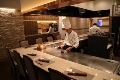 オープンキッチンカウンターで、お客様と会話をしたり、お客様の笑顔に触れられます。