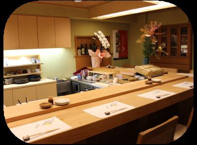 落ち着いた和の空間。カウンターにあるオープンキッチンで、調理スキルを磨いてくださいね。