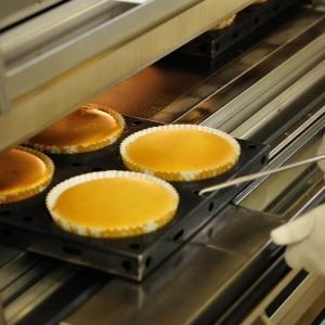 那須高原の工場で、職人がひとつひとつていねいに焼き上げたチーズ菓子が自慢です。