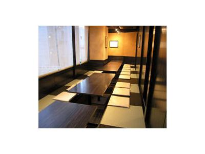カウンター席のほか、テーブル席、お座敷でゆっくりお食事していただける店内。