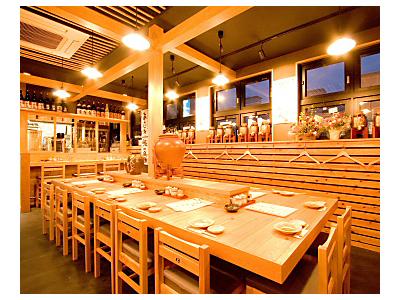お客様がお料理とお酒を楽しみながらくつろげる雰囲気造りにこだわりました。