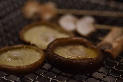炭火でじっくり焼くことで、遠赤外線効果でじんわりと熱が回り、魚介も野菜もジューシーに焼きあがる。