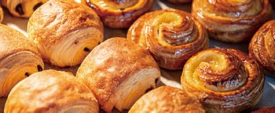レストラン仕込みの総菜パンやケーキ、焼き菓子、チョコレート…常時60種類以上をそろえるお店。