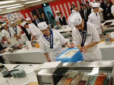 創業50年以上の歴史を背景に、⼀⽣モノの確かな調理の技術が⾝につきます(料理コンテストの模様)