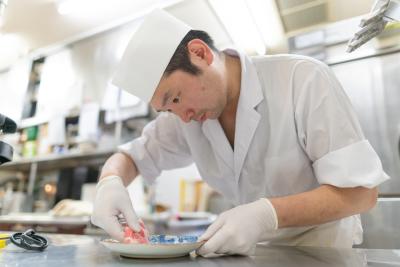 豚しゃぶと幅広い一品料理が人気のお店で、料理長候補として活躍!