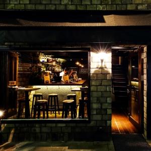 外観は敷居が高いレストランのようなイメージ。一歩中に踏み入れると暖かい空間が待っていますよ。