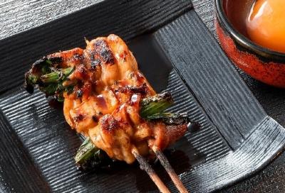 地鶏の美味しさが堪能できる焼き鳥や、串焼き・串揚げが人気のお店でキッチンスタッフとして活躍!