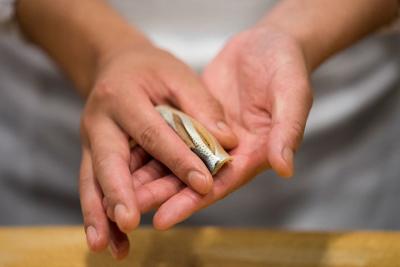 赤酢を使い、丁寧な仕事で握る江戸前鮨のワザを学べます。