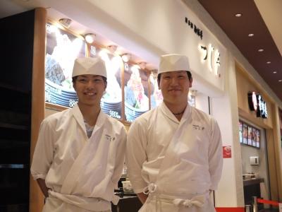 「ぜいたく丼」を求めて、連日長蛇の列ができる大人気店。海外からのお客様も多くいらっしゃいます。