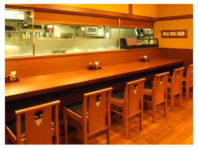 店内は、和風。カウンター席や、お座敷、個室があり、また団体のお客様もお迎えします。