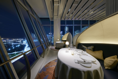現代アートのような空間のイタリア料理レストラン。
