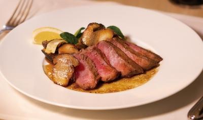 オリーブオイルやワイン、パスタは、イタリア各地で厳選した食材を使っています。