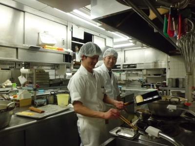 若いスタッフが活躍する活気のあるキッチン。切磋琢磨しながら調理技術を磨いています。
