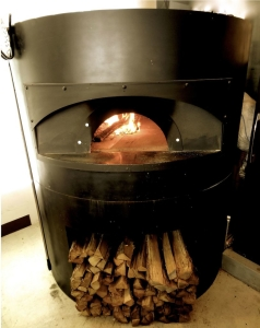 薪窯と、熟練の職人技が生み出す当店自慢のピッツァです。