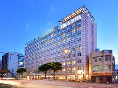 『ホテルアクアチッタナハ』。最上階はプール。都会の夜景やサンセットをご覧いただくこともできます。